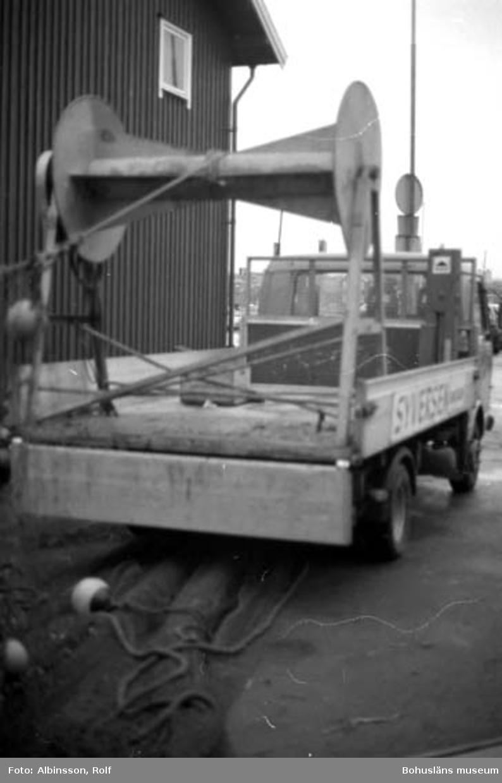"""Enligt fotografens noteringar: """"Bilen med trumman som man tar upp trålen på för transport till trålbinderiet.""""  Fototid: 1996 den 12 januari."""