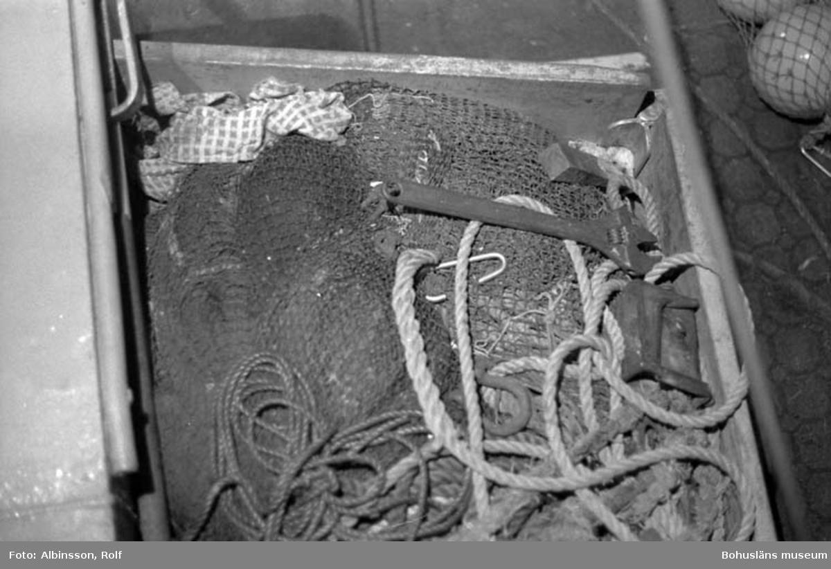 """Enligt fotografens noteringar: """"I en lår på styrbordssidan om hytten ligger en reservtrål."""" Fototid: 1996-03-06."""