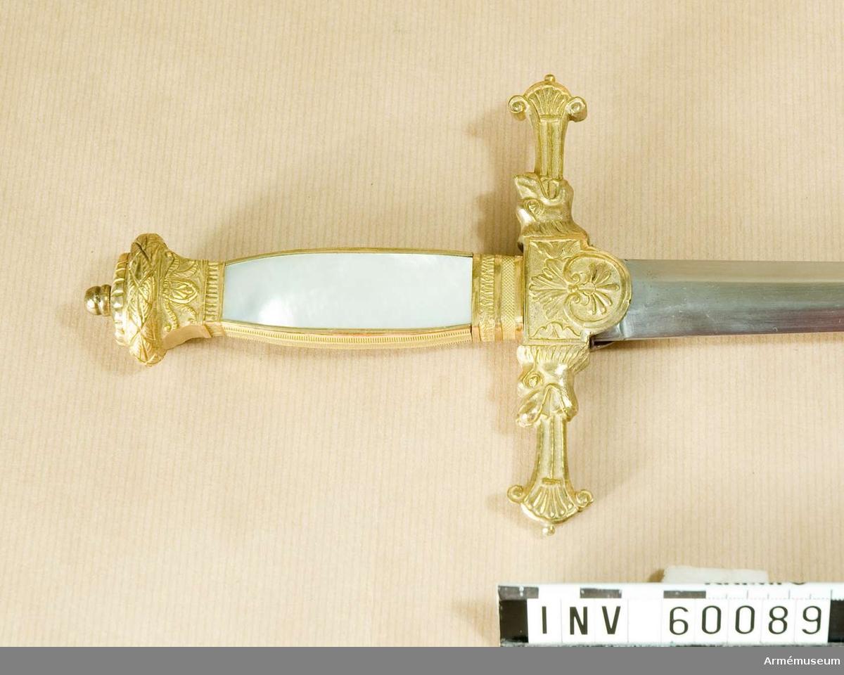 Grupp D II. Av den svärdsliknande typ som Karl XIV Johan införde.   Samhörande nr är 60089-90, dräktvärja, balja.