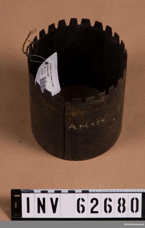 Grupp F II.  24-pundig karteschdosa utan botten och spegel till granatkanon m/1833. För 75 stycken 6-lödiga skrot.  Till 24-pundig slätborrad framladdningsgranatkanon m/1833 samt 24-pundig bakladdningskanon m/1852.