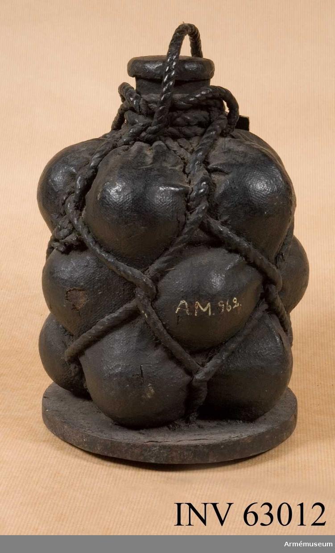 Grupp F II.   Med 12 st 2-pundiga kulor i säck av segelduk. Enligt kungligt brev den 16/3 1883. Druvhagel?