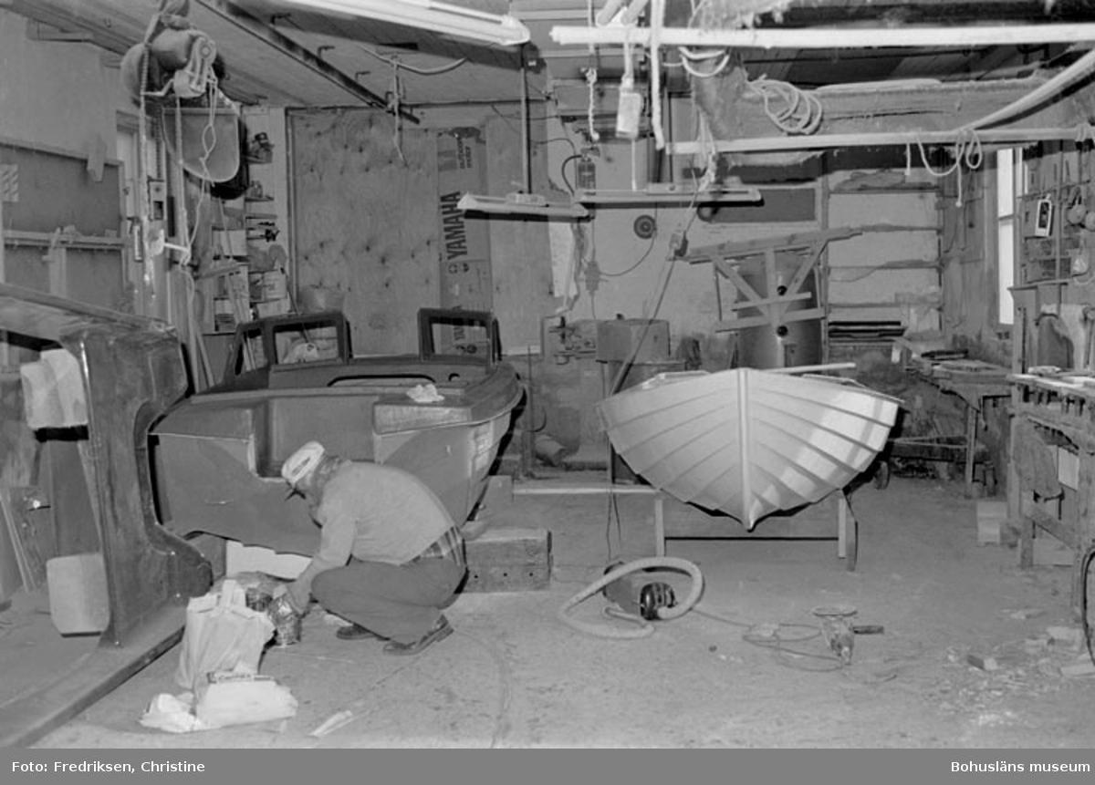 """Motivbeskrivning: """"Bröderna I & K Jonasson, Rossö. Interiör från verkstadsbyggnaden. Datum: 1980-04-15. Riktning: N."""