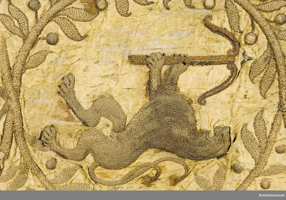 Duk: Tillverkad av dubbel gul sidendamast; duken fragmentarisk, konserverad med gul shantung (Pietars nr 30 konserverad 1910).  Duken fäst vid stången med två rader tennlickor på ett gult band; den del av duken som är lagd runt stången är belagd med tyll: under duken på stånge nfinns förstärkningsskenor.   Dekor: Broderad i läggsömsbroderi i relief. På dukens insida Smålands lejon förande ett spänt armborst (lejonet dubbelsvansat), omslutet av en lagerkrans, hopbunden upptill och nedtill, allt i guld. På utsidan finns endast några siffror kvar: i yttre, övre hörnet 1; i inre, övre hörnet 6 och i nedre, yttre hörnet 7.  Frans: Dubbel, av gult silke samt silver- och guldtråd.  Banderoller: Endast bitar av snoddarna finns kvar.   Stång: Tillverkad av trä, kannelerad, gulmålad med dragning mot olivgrönt, avsågad: holk och spets av järn (defekt), spetsen med dubbelt C under öppen krona.