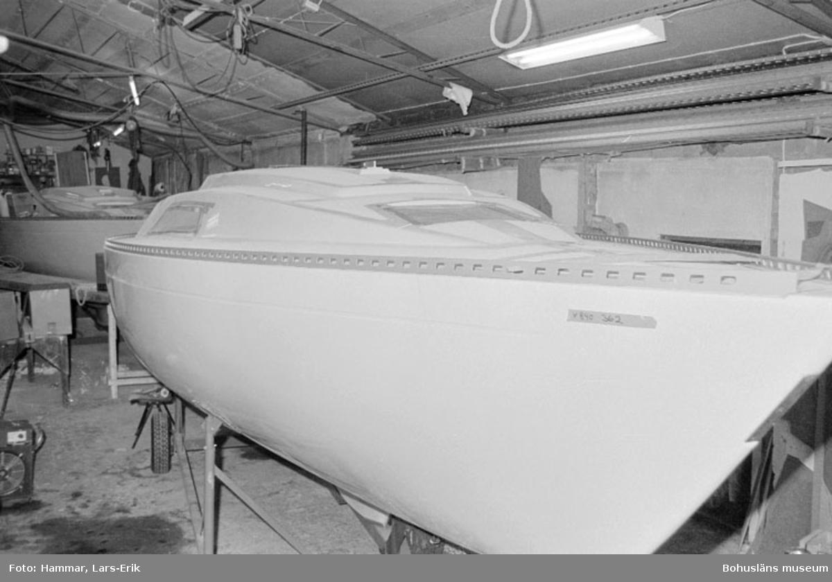 """Motivbeskrivning: """"Widholms Industri AB, Gåseberget, Lysekil. Bild från båthallen.  Längst fram syns Beason 31, självbygge."""" Datum: 19800911"""
