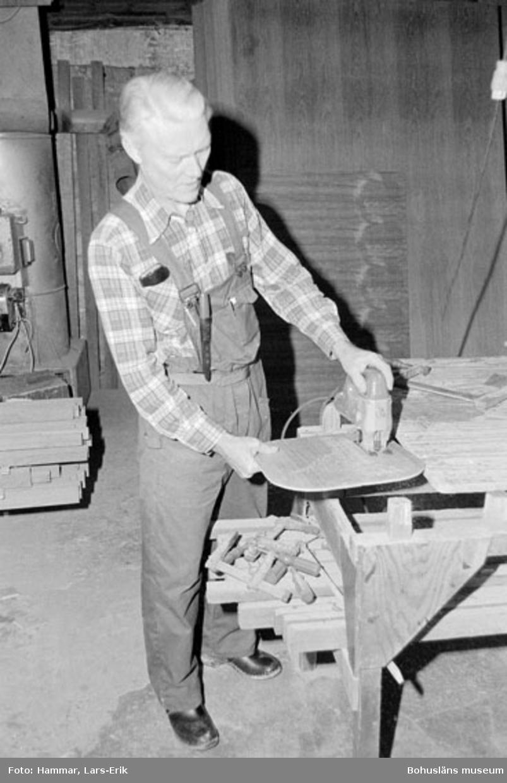 """Motivbeskrivning: """"Widholms industri AB, på syns Tage Granström med elektrisk handhyvel."""" Datum: 19800911"""