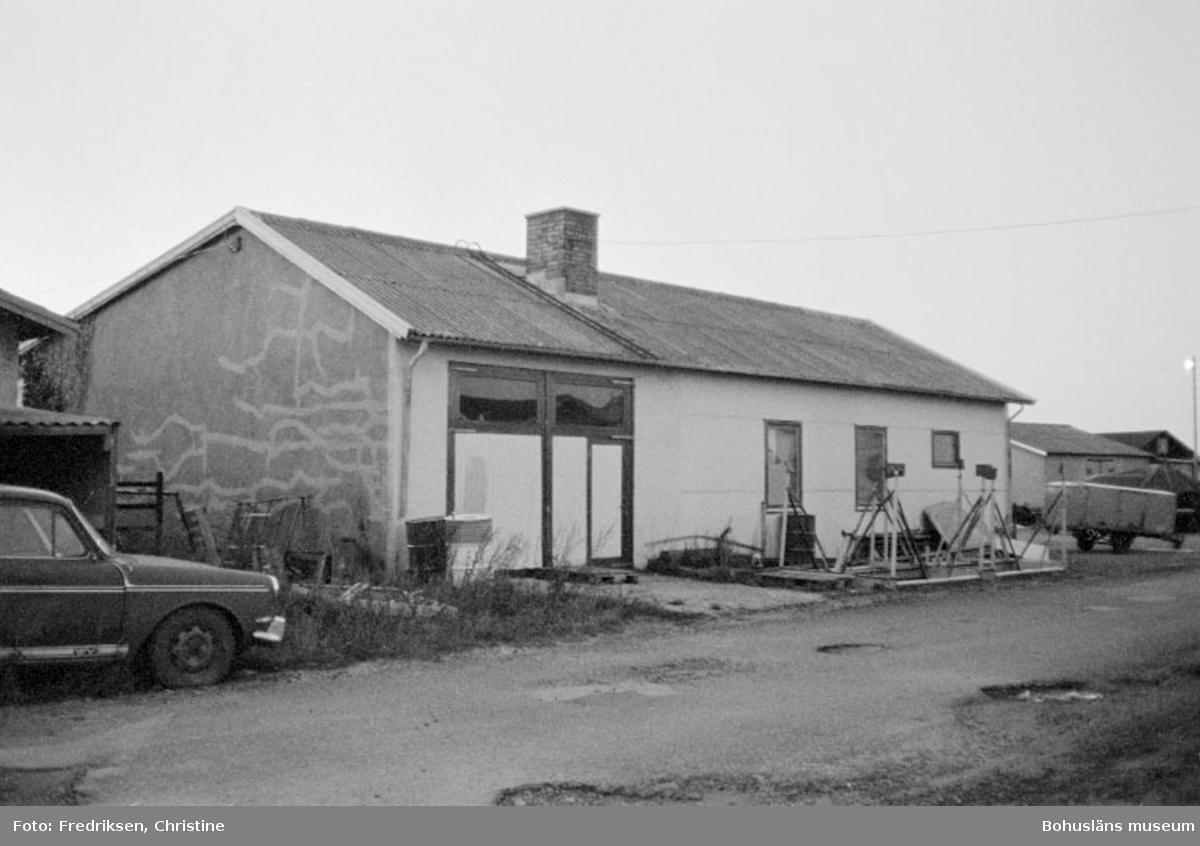 """Motivbeskrivning: """"Öckerö. Båtbyggarverkstad tillhörande Werner Alexandersson (se Bb 25: 38)."""" Datum: 19801002"""