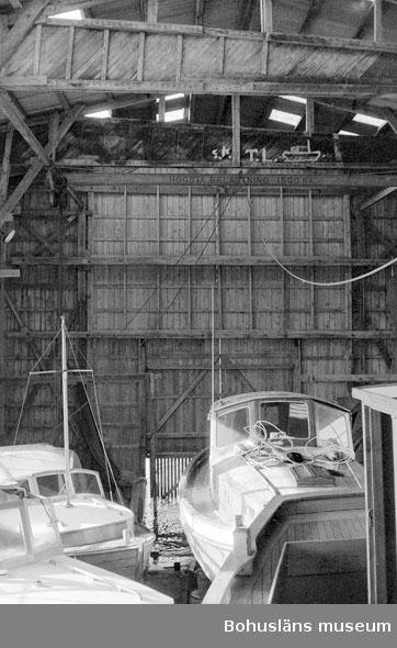 """Motivbeskrivning: """"Tommas Löfberg, Rönnängs varv interiör från båthallen."""" Datum: 19801008"""