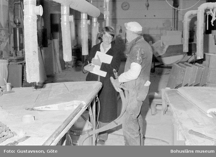 """Motivbeskrivning: """"Gullmarsvarvet AB, på bilden syns från vänster Christine Fredriksen  och Willy Ahlsten."""" Datum: 198010331"""