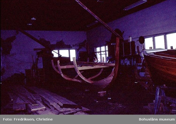 """Motivbeskrivning: """"Bild från båtbyggarverkstaden, vid Rönnängs Varv, Tjörn.""""  Datum: 1980-10-08."""