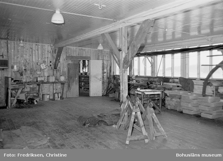 """Motivbeskrivning: """"19800520. Myrens Mekaniska Verkstad, Strömstad. Snickarverkstaden, ovanvåningen. I utrymmet byggdes båtar under 1940- och 1950-talen. NV."""""""