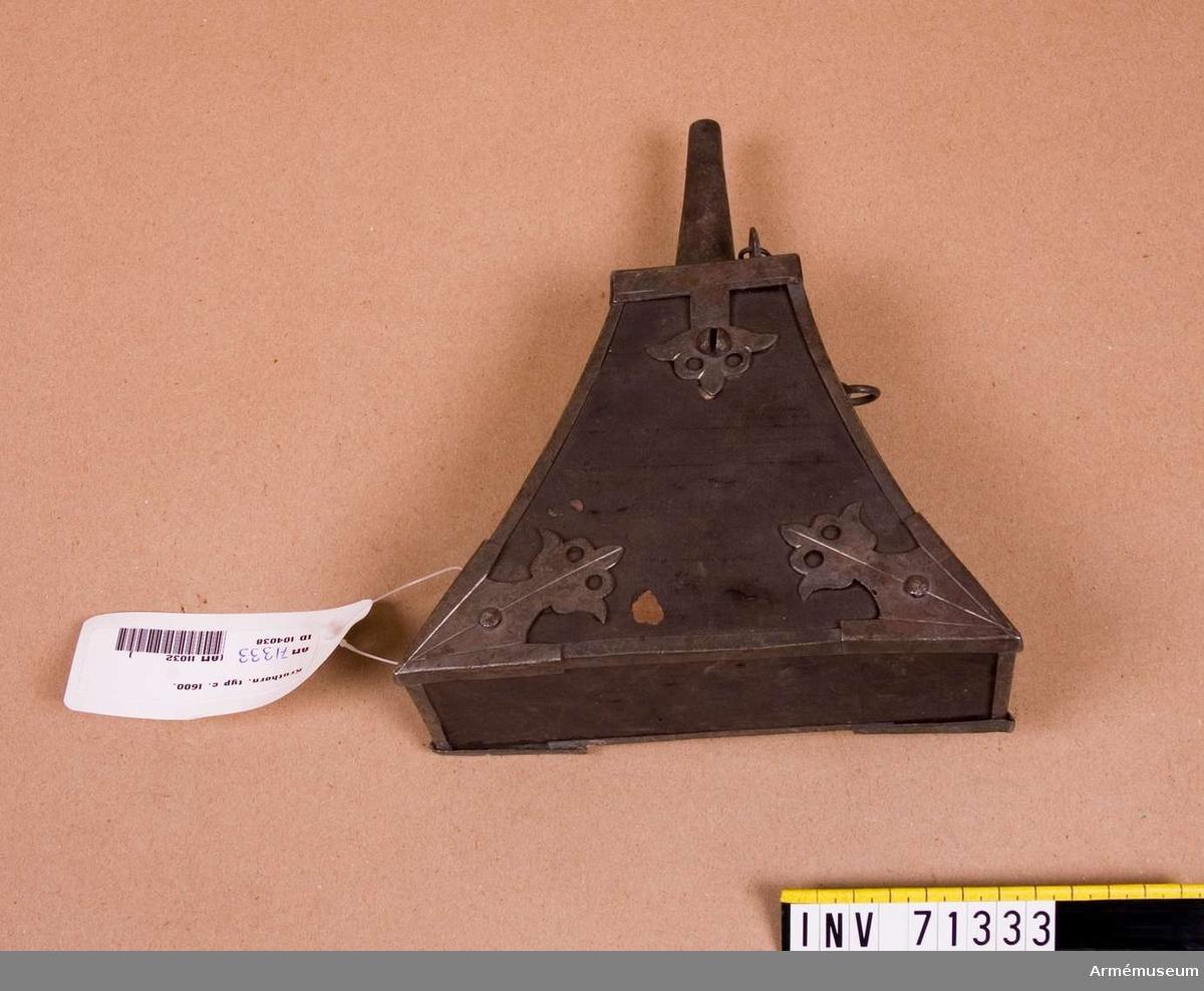 Grupp C:II. Kruthorn för musketerare från 1500 talets slut eller 1600 talets början. För fängkrutets förvarande
