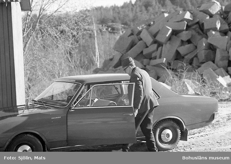 """Bohusläns samhälls- och näringsliv. 2. STENINDUSTRIN. Film: 1  Text som medföljde bilden: """"Div. Hillern brottet. April -77. Denne man kör sin fru till lunchrummet i brottet så hon kan städa""""."""
