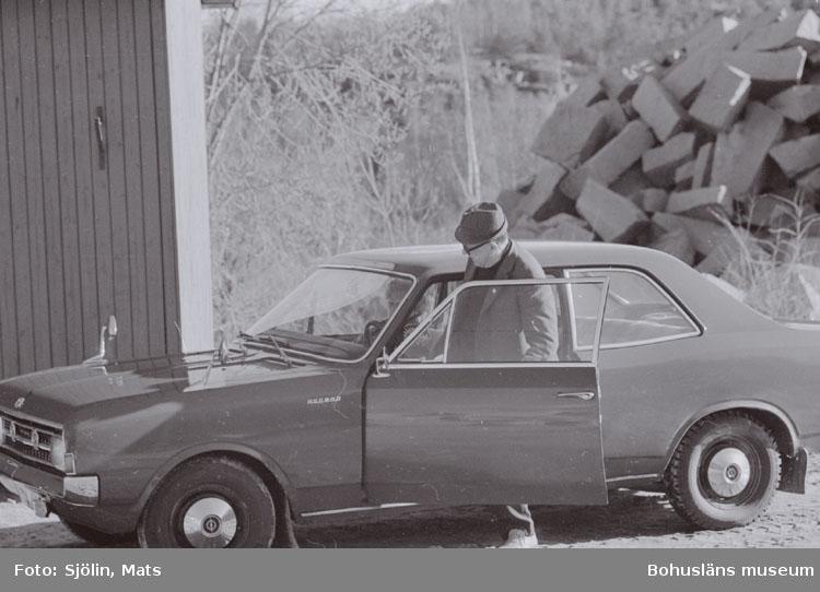 """Bohusläns samhälls- och näringsliv. 2. STENINDUSTRIN. Film: 1.  Text som medföljde bilden: """"Denna herre kör sin fru till lunchrummet i brottet, så att hon kan städa. April -77."""""""