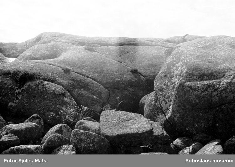 """Bohusläns samhälls- och näringsliv. 2. STENINDUSTRIN. Film: 39  Text som medföljde bilden: """"Icke bearbetad granit."""" Juli 1977."""""""