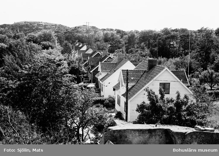 """Bohusläns samhälls- och näringsliv. 2. STENINDUSTRIN. Film: 41  Text som medföljde bilden: """"Arbetar bostäder. Tullboden. Juli 1977."""""""