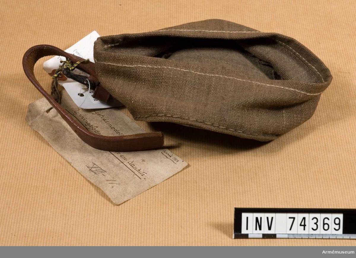 Grupp  F III.  Fodral av presenningsväv krigstidsmodell med söljstycke och sttopp av läder.