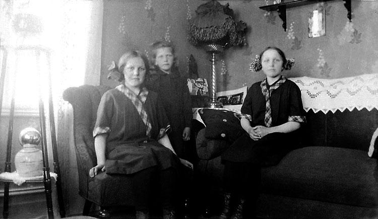 Systrarna Gunborg, Gunnel och Gladys Rodin i Slävik