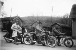 Motorcykeltrio besöker Kvistrum, Munkedal, 1930-talet.