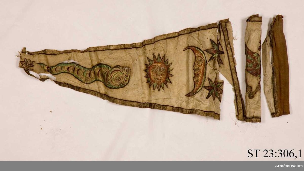 Duk av vit sidentaft och strumpa av rött linne. Motivet målat i guld- och silver samt rött och grönt bestående av en krönt örn, måne, sol och stjärnor,