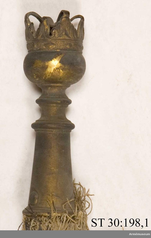 Fanspets i form av en förgylld kula med sluten krona.