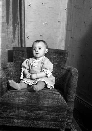 Baby i fåtölj::