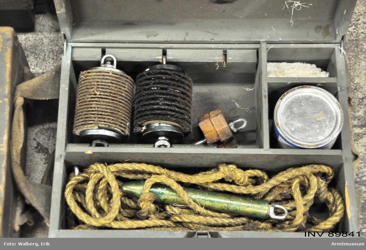 Tillbehör till 9 cm pansarvärnskanon. En mängd tillbehör i pall med krage och lock.
