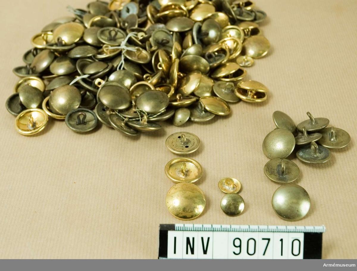 Ett stort antal mässingsknappar, större och mindre. 8 st knappar från ca 1810 ligger separat i en påse.
