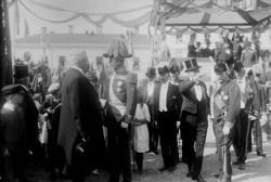 Kung Gustaf V vid invigning av dubbelstatyn på Kungstorget i