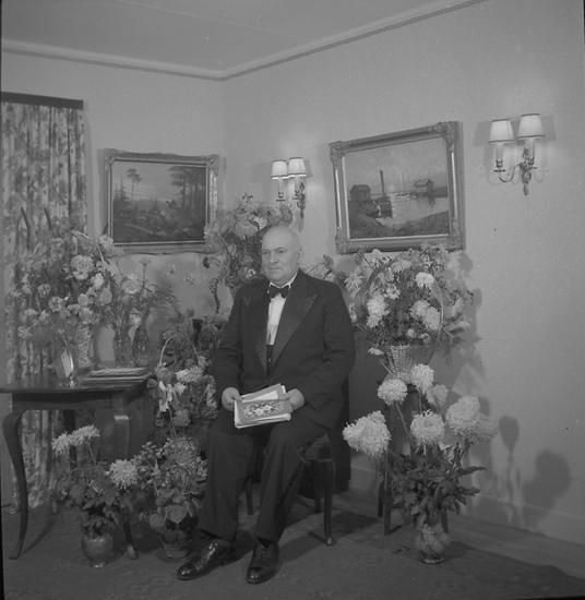 """Text till bilden: """"Byggmästare Mallén, Lyse 50 år.  45.11.25""""."""