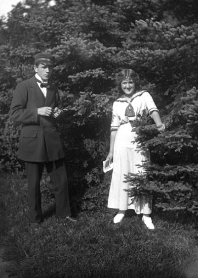 "Enligt senare noteringar: "" Ester Helgesson, Kurt Jansson. Taget i Teaterplantaget.13/8 1915."""