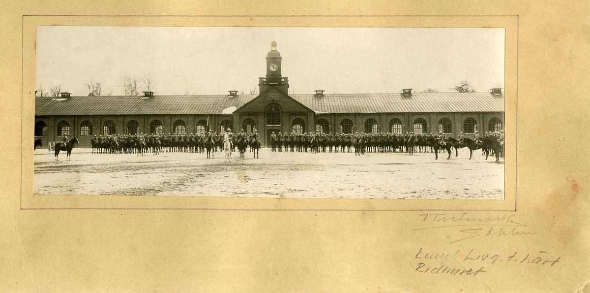 Livgardet till häst K 1, uppställt framför ridhuset. I förgrunden överste Montgomery.
