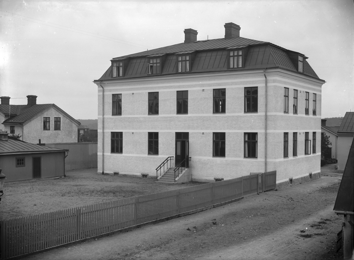 Enköping, hörnet Källgatan-Östra Ringgatan från väster. Småskola, senare Kryddgårdsskolan. Uppförd ca 1906.