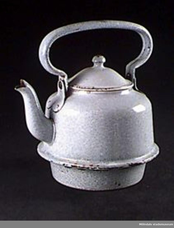 Blågrå emaljerad kaffepanna med lock. Använd på järnspis. Funktion: Kaffet kokades förr i en kaffepanna, ett kärl som fylldes med vatten och kaffepulver, ställdes på spisen och värmdes så att kaffet började koka.