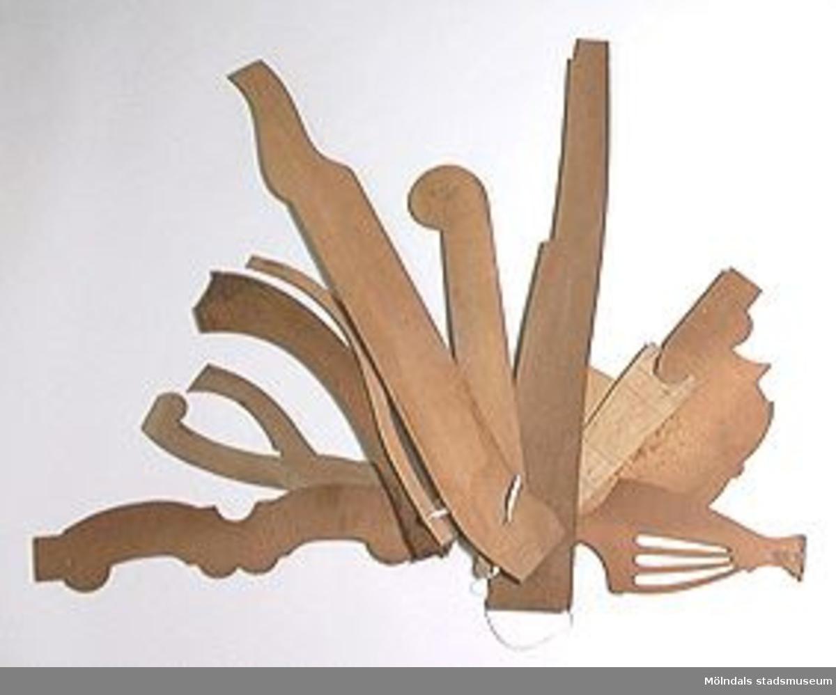 Möbelmall för skärning. En av fjorton mallar (med Mölndals stadsmuseums föremålsnummer 00295, 00363, 00344, 00395, 00398, 00403-00405, 00407-00410, 00437, 00457), ihopsatta med snöre men som ej hör samman.Litteratur: Red. Särnstedt Bo, Lindome Västsvenskt möbelsnickeri under 300 år, Stockholm 1977. Utställningskatalog från Liljevalchs Konsthall 1977-06-30 - 1977-09-11. Se sid 22-23 för historik kring fam. Thorsson.Mölndals Museum Lindomemöbler, Länstryckeriet Göteborg 1994. Utställningskatalog innehållande kapitel rörande familjen Thorssons verksamhet.