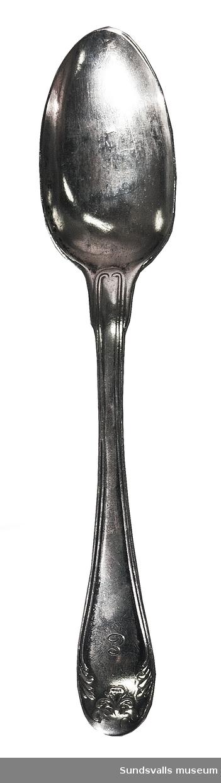 Dessertsked i silver. Gammalfransk modell. 'E' är graverat på framsidan, på baksidan 'MLS 1848'. Stplr: ?F, Stockholm 1806. Möjligen J. Henrik Frodell, verksam 1784-1807, eller Friedrich Fyrwald, verksam 1786-1813.