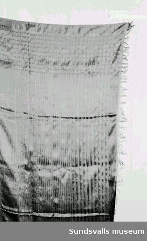 Svart schal i tunt mönstervävt tyg. Kort frans på två sidor.