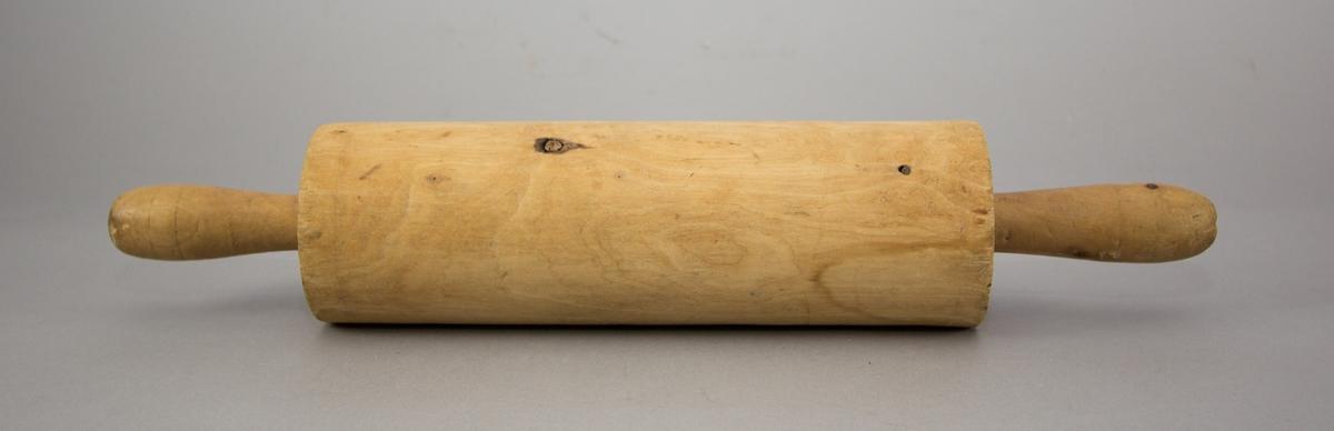 Kavel tillverkad i trä med svarvade handtag på båda sidor om rullen.