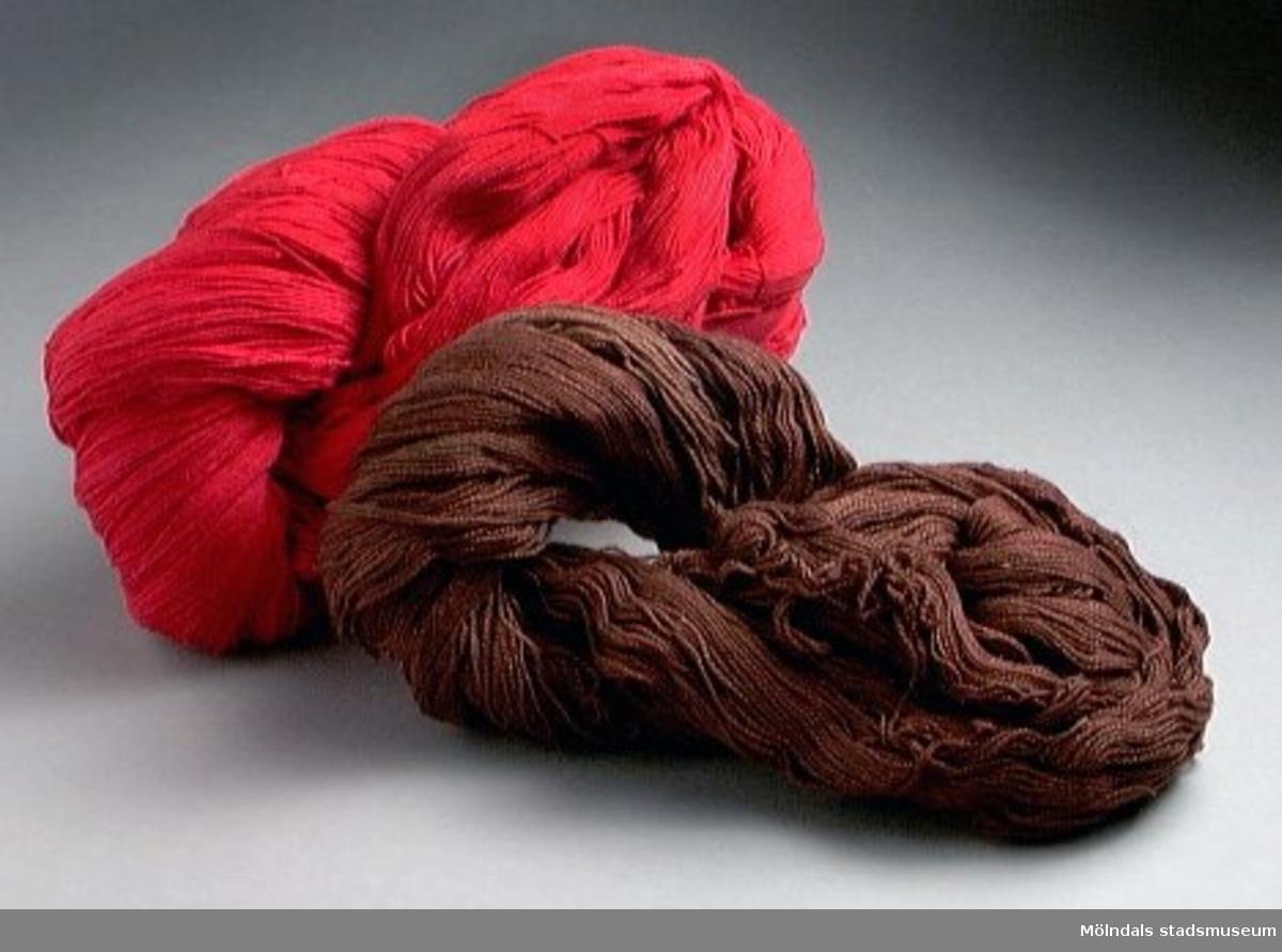 Rött och brunt bomullsgarn. Merceriserat (att ge bomull silkesglans). Ger alltså ett glansigare och mjukare garn. För t ex underkläder. Garnet upplagt i tre härvor, två röda och en brun. Tidigare sakord: garn, bomull-.