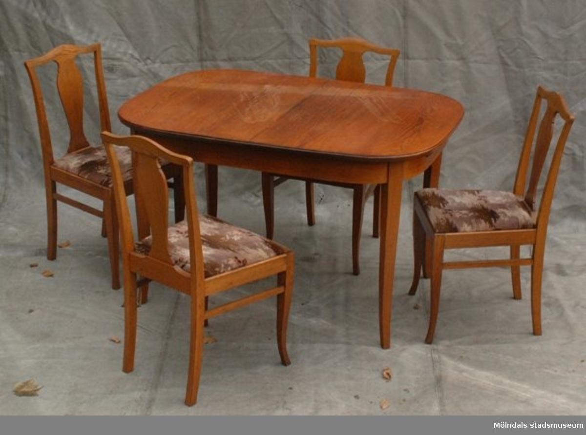Matsalsmöbel, bord och fyra stolar i brunbetsad björk.Samtidigt förvärvades 1 st bäddsoffa MM 02115.Bäddsoffa i mörkbetsad björk.