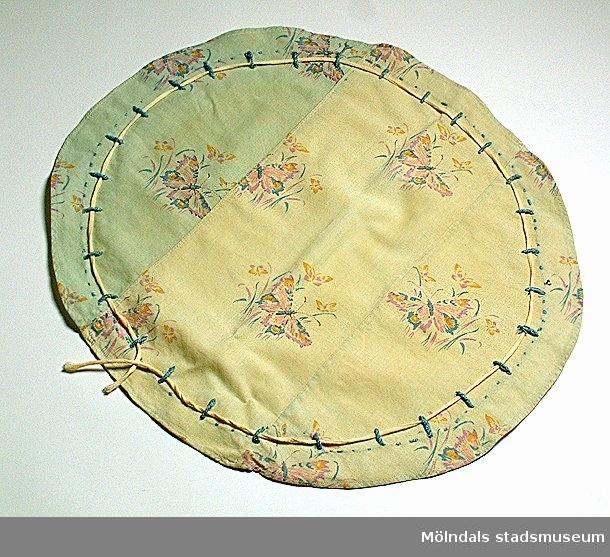 Nattmössa eller solhatt, bestående av en oval som dras ihop med hjälp av en dragsko.