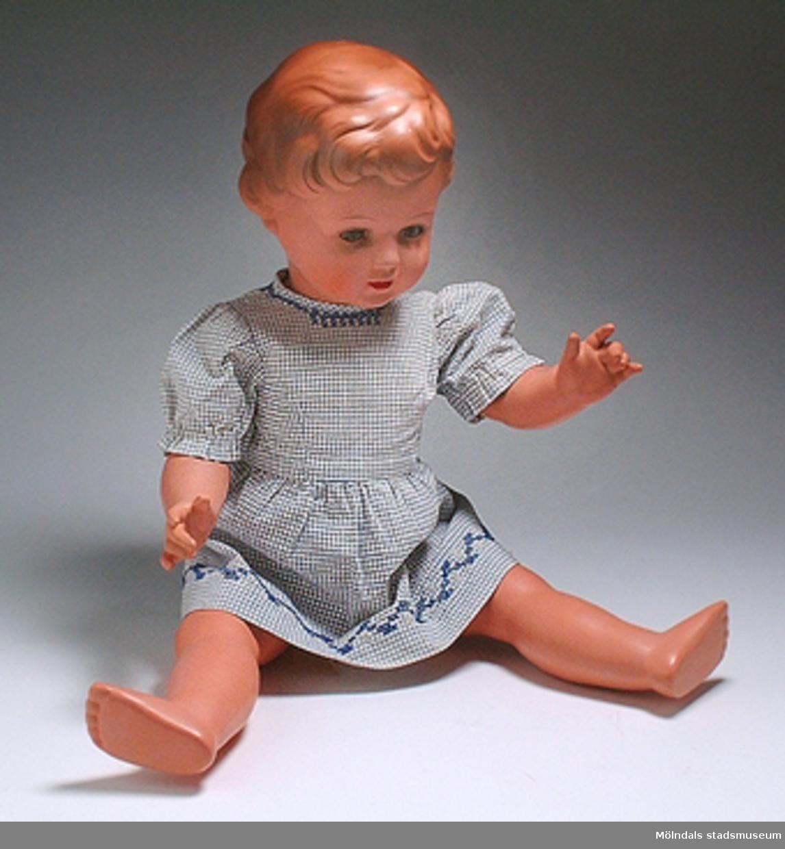 Underbyxa till docka, vit med brodyr kring benen.Samhör med docka MM03873:1 och klänning MM03873:2.