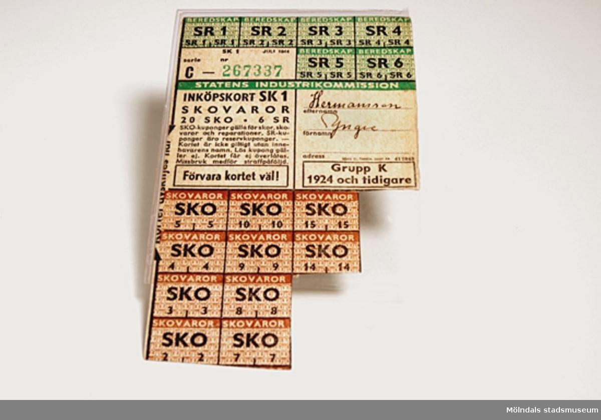 Ransoneringskort från andra världskriget. 20 st. bruna kort gäller för skor och skovaror och reparationer. 6 st. gröna SR reservkuponger. 10 st. skokuponger saknas.