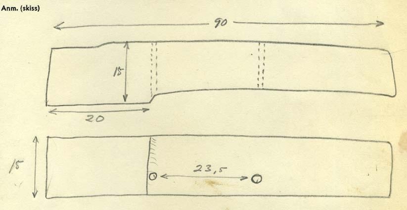 Formstycke. Tre genomgående bulthål från den breda sidan. Ett ej genomgående från den tjockare sidan.