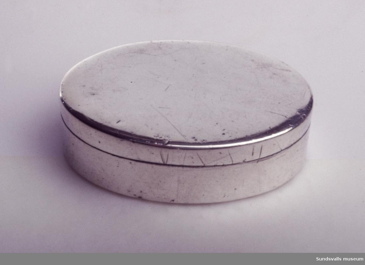 Snusdosa i silver. Slät, oval form, invändigt förgylld. 'WHT' graverat i botten. Stplr: Olof Yttraeus, Uppsala 1807.