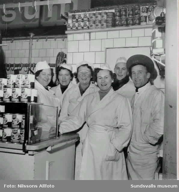 Saluhallen vid Stora torget 1955, strax före flytten till Centralgatan. Föreståndare Sam Englund.