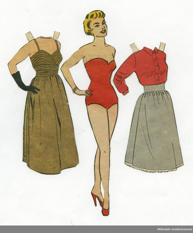 """Pappersdocka med kläder, urklippta ur Hemmets Veckotidning på 1950-talet. Docka och kläder är märkta """"Eva"""" på baksidan - dockans namn. Dockan föreställer en kvinna med kort, blont hår, iklädd röd baddräkt och högklackade skor. Garderoben består av en aftonklänning och ett set med blus och kjol. Docka och kläder förvaras i ett litet kuvert av smörpapper (MM 04624-2) med tryckt text: """"113 Hedvall"""", samt handskrivet: """"Hemmets Veckotidningen, Pappersdockor"""". I kuvertet förvaras även andra pappersdockor och kläder (MM 04624-04635)."""