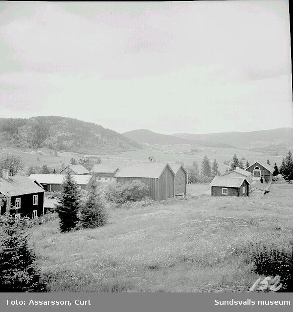 Ljustorpsbygden västerut från kyrkan sett. Till vänster församlingsgården och till höger kyrkstallarna.
