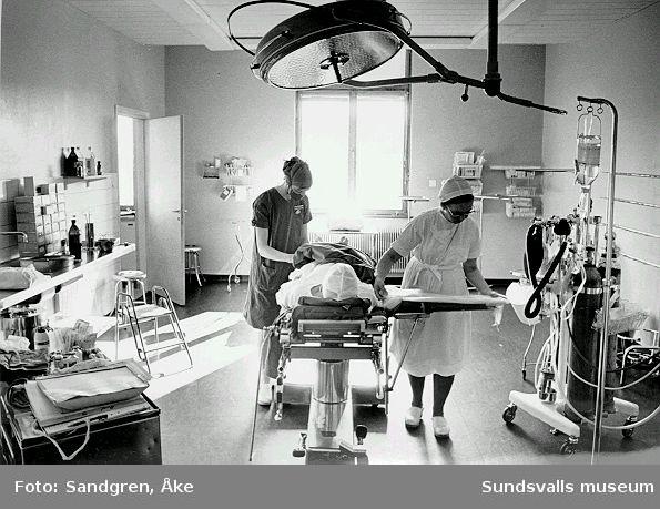 Sjukvårdspersonal förbereder patient för operation.