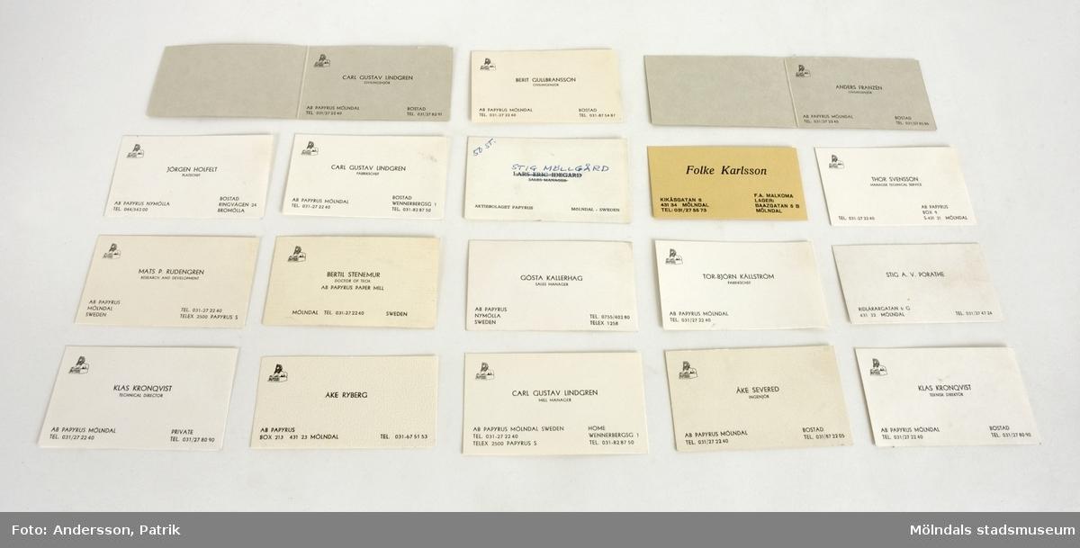 Visitkort från Papyrus. 18 stycken i olika färger och utförande, som har tillhört anställda på Papyrus i olika befattningar.