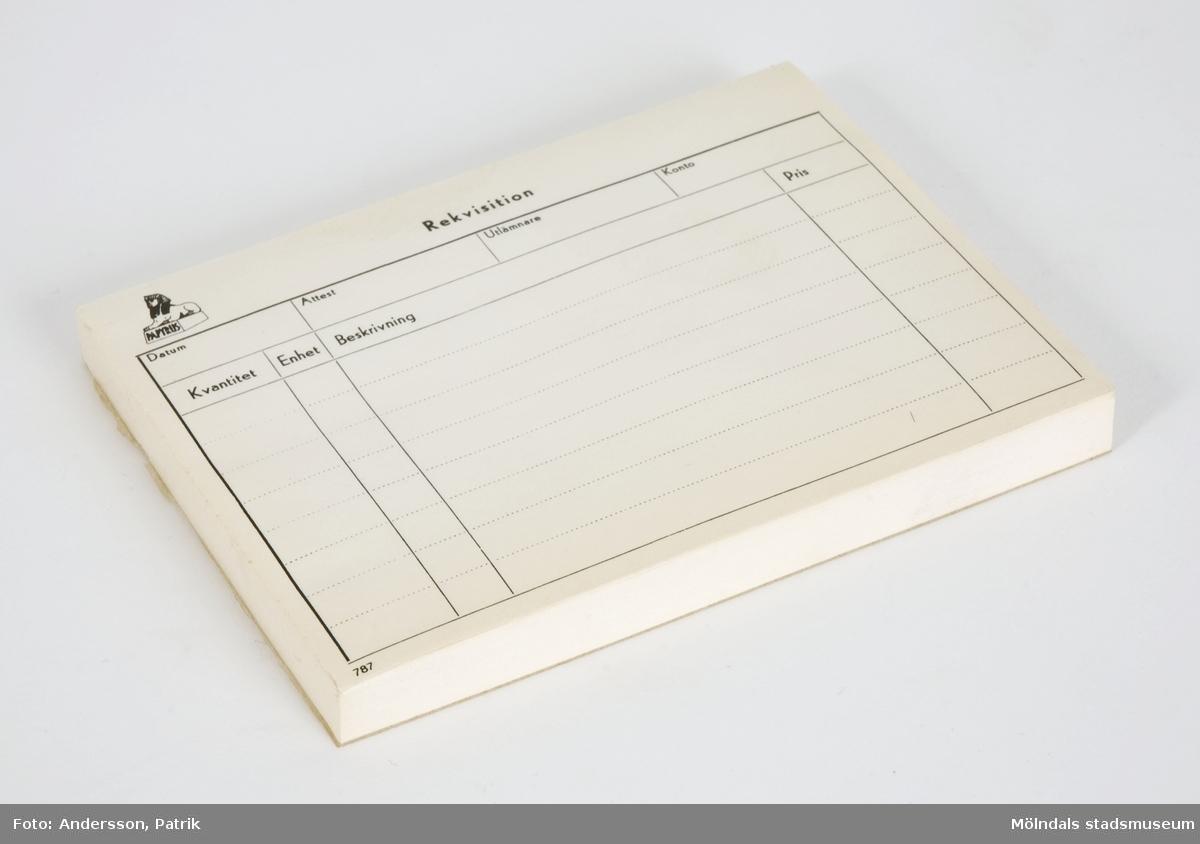 Rekvisitionsblock som användes på Papyrus i Mölndal.Längst upp i vänstra hörnet av blocket finns Papyrus logotyp (en sfinx) förtryckt i svart.Storlek på blocket:Längd: 105 mmBredd: 145 mmDjup: 11 mmUppgifter/ord som är förtryckt (i svart) i blocket:RekvisitionDatum    Attest    Utlämnare    KontoKvantitet    Enhet    Beskrivning    Pris